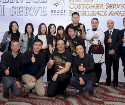 Two General Managers from New World Facilities Management Company Limited, Ms. Josephine LAM (back row, second from the left) and Mr. Eric LAM (back row, first from the right) received the honour with the team.